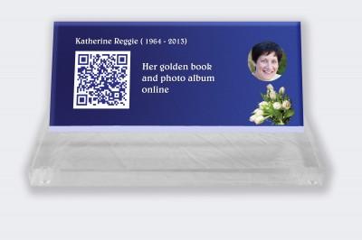 Funeral placa personalizada : Pequeña placa conmemorativa código QR - Fondo azul con tulipanes blancos